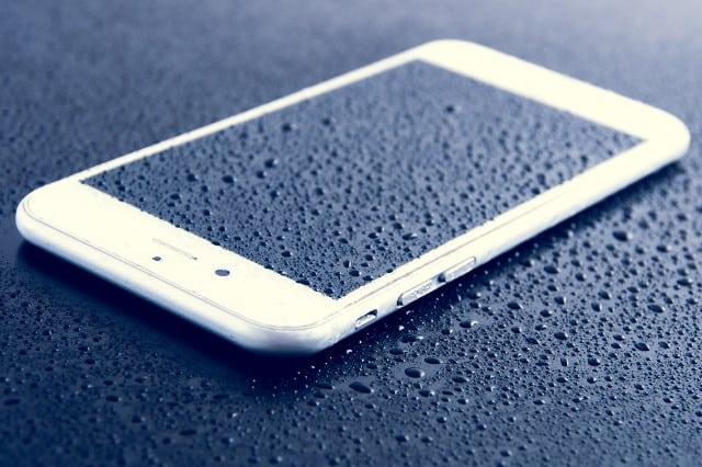 Come fare se il tuo cellulare è caduto in acqua